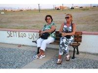 Ayvalık Belediyesi'nden Sarımsaklı sahil bandına bank ve oturma grupları
