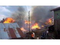 Kastamonu'da çıkan yangında 7 ev, 3 ambar ve 1 ahır küle döndü