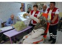 Engelli ve yatalak hastalar özel araçlarla oy kullanmaya götürüldü