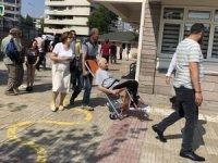 Tekerlekli sandalye ile oy kullanmaya geldiler