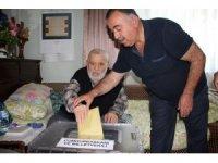 Kula'da 2 seçmen seyyar sandıkta oy kullandı