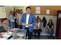 DP Genel Başkanı Gültekin Uysal, oyunu memleketi Afyonkarahisar'da kullandı