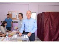 Dinar Belediye Başkanı Saffet Acar, oyunu kullandı