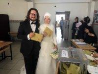 Gelin ve damat nikahın ardından sandığa gitti
