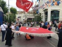 Vatandaşlar AK Parti İstanbul İl Başkanlığı önünde toplanmaya başladı
