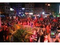Cumhurbaşkanı Erdoğan'ın memleketi Rize'de yağmur altında kutlama