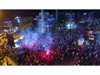 Gazisomanpaşa Meydanı'nda sevinç gösterisi yapan kalabalık havadan görüntülendi