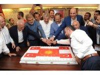 AK Parti Kayseri İl Başkanlığı'nda Cumhurbaşkanlığı forsu bulunan pastayla kutlama yapıldı