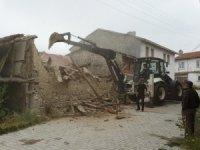 Harabe evler yıkılıyor
