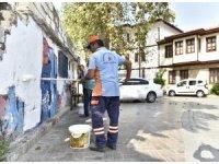 Kaleiçi'nde reklam duyuru ve afişler kazındı sprey boyalar silindi