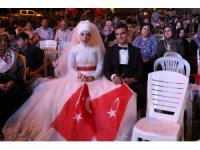 Akhisarlı gelin ve damat düğünden sonra demokrasi nöbeti tuttu