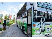 80 mezunları Battalgazi'de tarihi mekanları gezdi