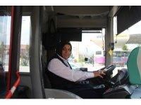 3 çocuk annesi, belediye otobüsünün direksiyonuna geçti