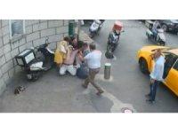 Vatandaşların yaşlı adamı hayatta tutuma çabası kamerada