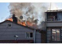 İş hanının çatısında çıkan yangın korkuttu