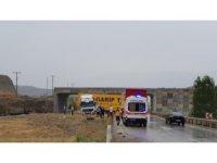 Tosya'da tır refüje çıktı: 1 yaralı