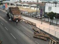 İzmir'de tır dorsesinde bulunan tomruklar üst geçide çarptı, yola savruldu