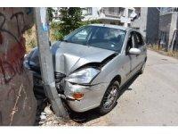 Bayan sürücü direğe çarptı: 4 yaralı