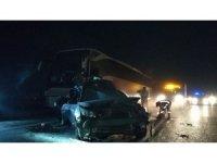 TEM'de yolcu otobüsü lastiği patlayan otomobile çarptı: 3 yaralı