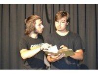 Hiçbir destek almadan tiyatro sergileyen gençlerin azmi