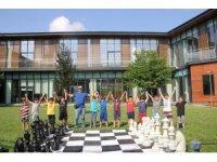 Satranç kulübü öğrencileri, SGM bahçesinde yarıştı