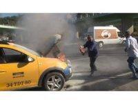 Aniden alev alan ticari taksiyi söndürmek için vatandaşlar seferber oldu