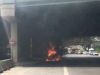 Kadıköy'de seyir halindeki araç alev alev yandı