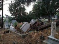 Kadirli'de yağmur ve fırtına hayatı felç etti