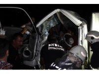 Aydın'da feci kaza... Kamyonette sıkışan iki kardeş acı içinde kurtarılmayı bekledi