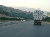 Saman yüklü kamyon beşik gibi sallandı