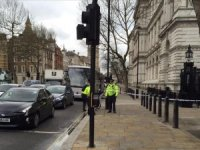 İngiltere'de parlamento binasının bariyerlerine araç çarptı