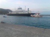 Gökçeada'da karaya oturan feribottan araçlar tahliye edildi