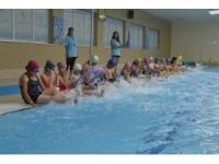 Kırsaldaki çocuklar yüzme öğrendi