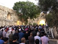 Filistinliler İsrail askerleri tarafından kapatılan Mescid-i Aksa önünde eylem yaptı