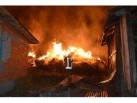 Tosya'da çıkan yangında 8 ev tamamen yandı