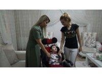 NCL hastası 2 çocuğa tekerlekli sandalye