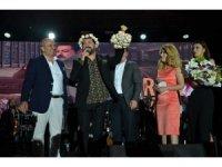 Ünlü sanatçı Serkan Kaya, sahnede sarımsak yedi