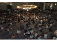 Elazığ'da bayram namazında camiler doldu taştı