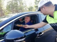 Trafik polislerinden sürücülere kolonya ve bayram şekeri