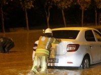 İstanbul'da yağış nedeniyle araçlar mahsur kaldı