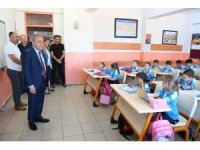 Başkan Böcek, bölgesindeki okulları ziyaret etti
