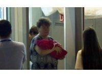 Yeni doğan bebeğini satarken yakalandı