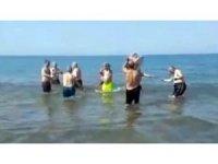 Denizde davul-zurna eşliğinde çiftetelli oynadılar