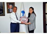 Genç kızdan tedavisinde kendisine destek olan Başkan Akkaya'ya teşekkür