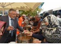 Başkan Bozkurt pazar yerinde ilçe sakinlerine aşure dağıttı