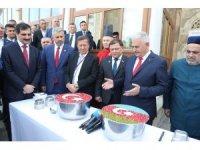 TBMM Başkanı Binali Yıldırım Azerbaycan'da aşure dağıttı