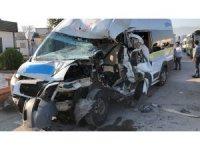 Kırmızı ışıkta duramayan servis minibüsü 2 araca çarptı:7 yaralı