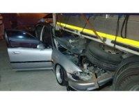 Otomobil park halindeki tırın dorsesinin altına girdi: 4 yaralı