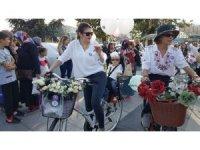 Hem süslü kadınlar bisiklete bindi hem de çocukları
