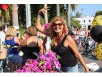 Süslü kadınlar turistlerin ilgi odağı oldu